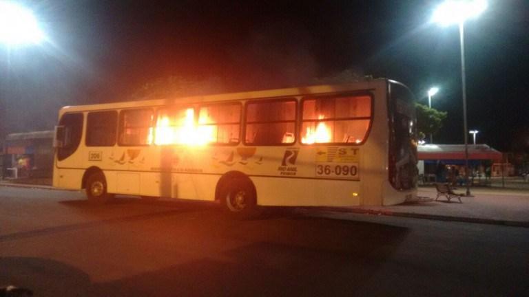 Um dos ônibus incendiados na noite de quinta-feira