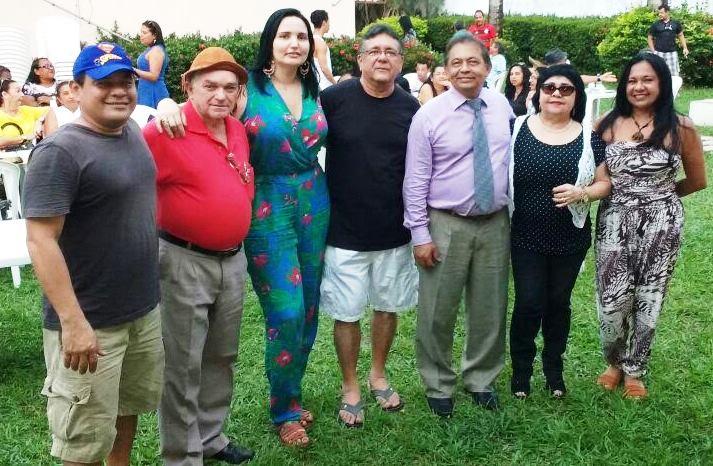 De camisa preta, Dr Orlando ao lado da esposa Carol e amigos