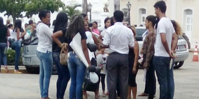 Wellington conversa com esposas de presidiários que protestam contra maus tratos em frente ao Palácio